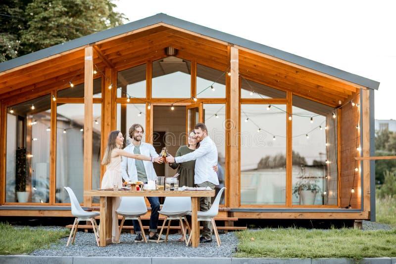 Przyjaciele z napojami na podwórku dom zdjęcie royalty free