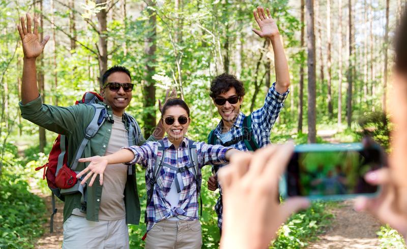 Przyjaciele z plecakami fotografuje na podwyżce zdjęcie stock