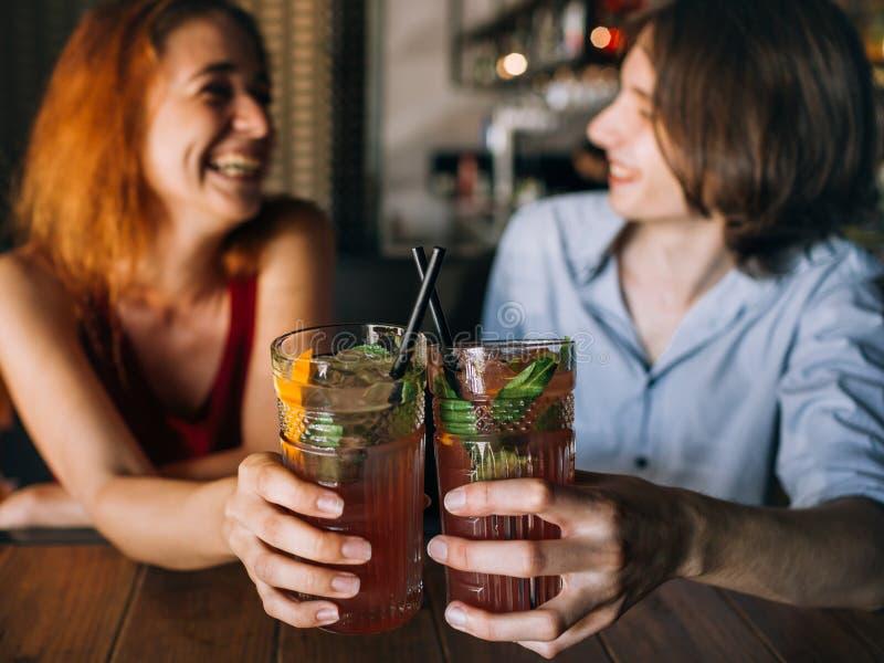 Przyjaciele zakazują czasów wolnych napojów radości otuchy obraz stock