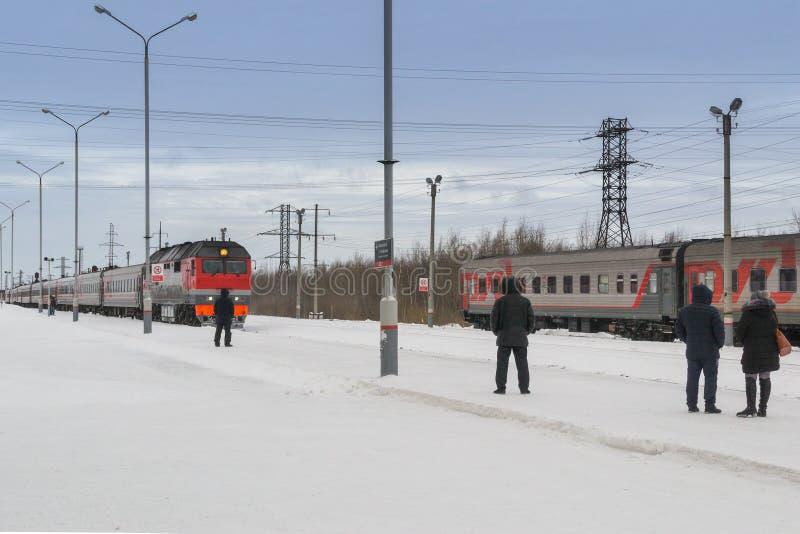 Przyjazd pociąg w zimie fotografia royalty free