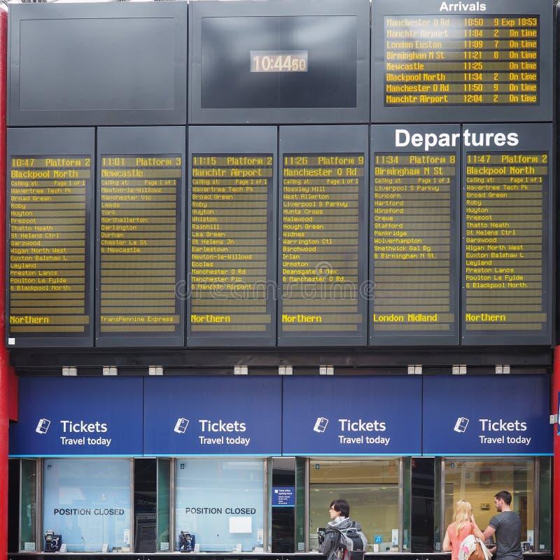 Przyjazdy i odjazdu rozkład zajęć przy Liverpool Stacjonują bilet obraz royalty free