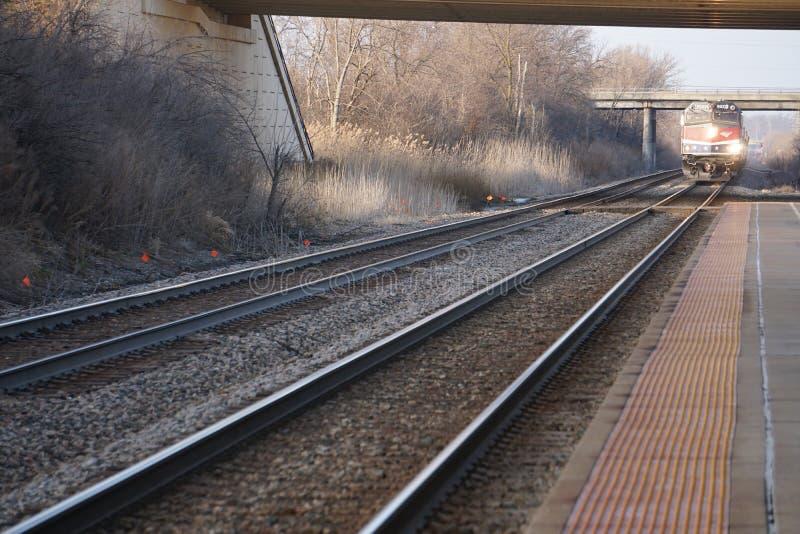 Przyjeżdżający pociąg Amtrak Hiawatha przyjeżdżający na dworzec lotniczy Milwaukee zdjęcia royalty free