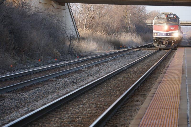 Przyjeżdżający pociąg Amtrak Hiawatha przyjeżdżający na dworzec lotniczy Milwaukee fotografia stock