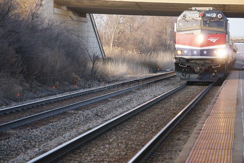 Przyjeżdżający pociąg Amtrak Hiawatha przyjeżdżający na dworzec lotniczy Milwaukee obraz stock