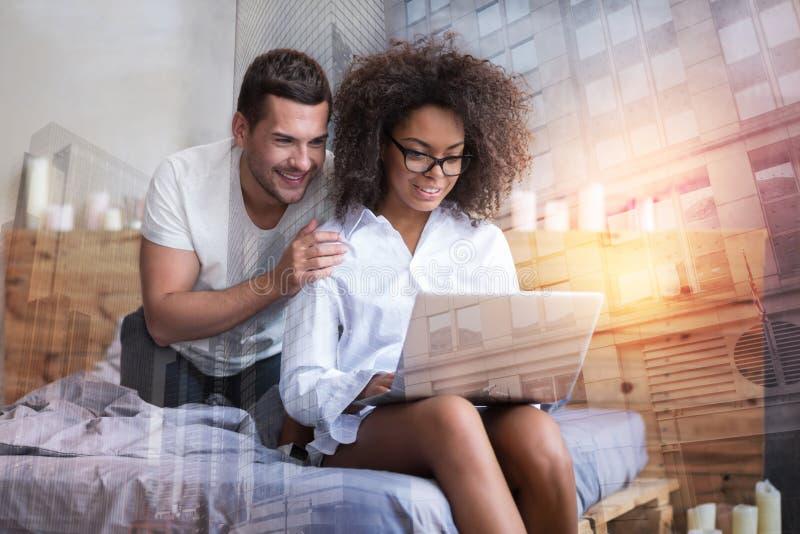Przyjemna ładna kobieta trzyma laptop zdjęcia royalty free