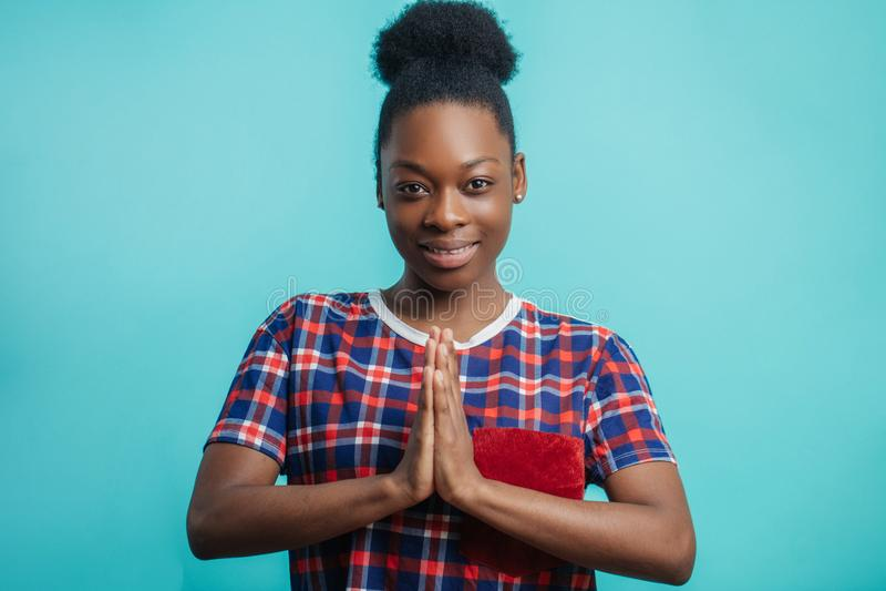 Przyjemna Afrykańska dziewczyna z włosianą babeczką greating ludzi zdjęcia royalty free