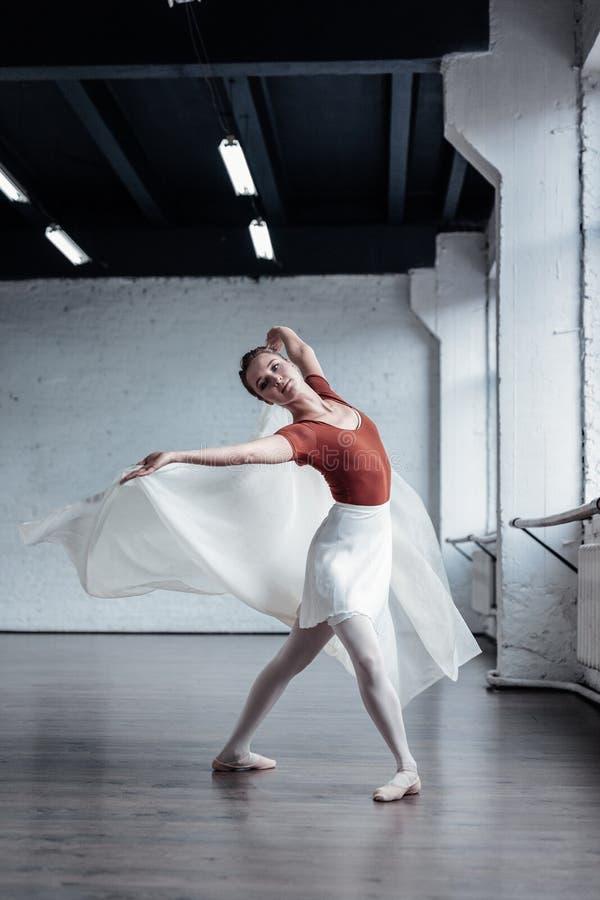 Przyjemna atrakcyjna kobiety pozycja w dancingowej pozycji obrazy stock