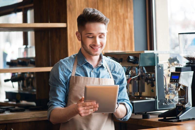 Przyjemna kelner pozycja przy kontuarem obraz royalty free