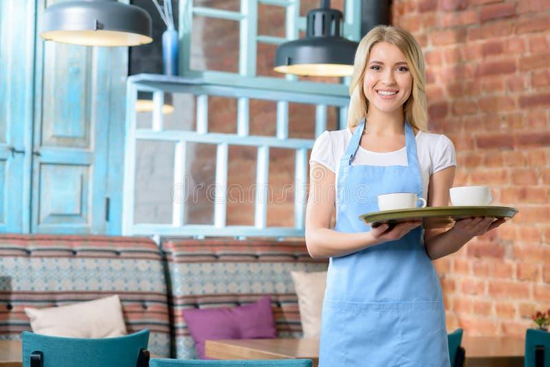 Przyjemna kelnerki mienia taca obraz stock