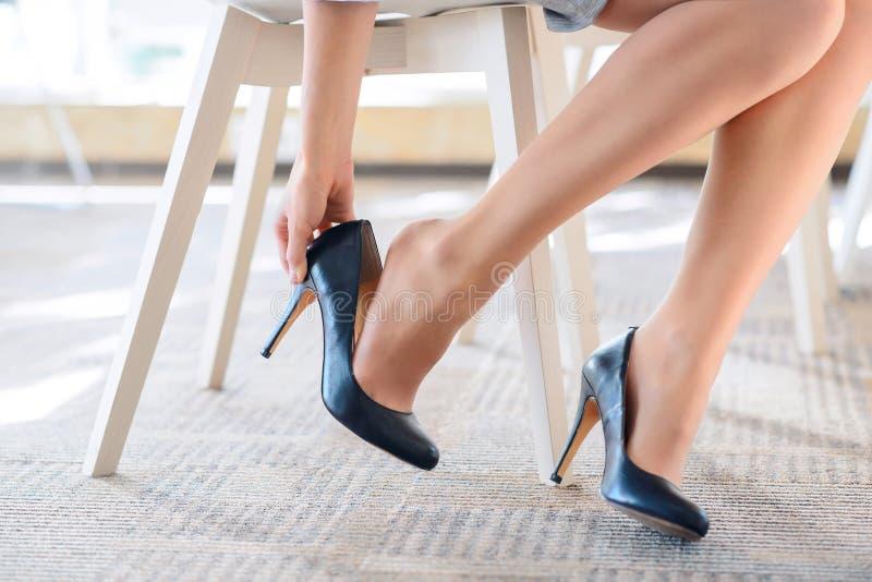 Przyjemna kobieta stawia ona daleko buty zdjęcie stock