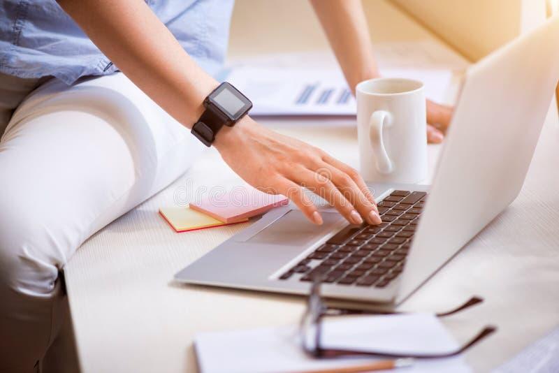 Przyjemna kobieta używa laptop zdjęcia royalty free