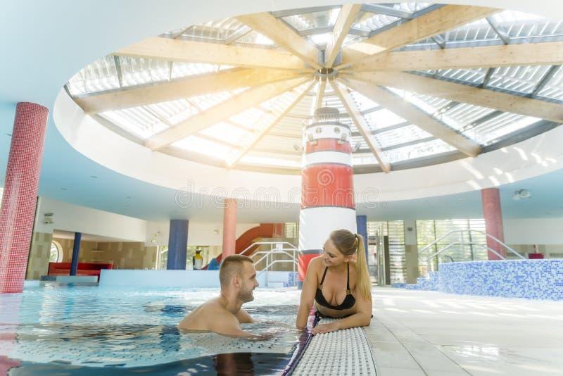 Przyjemna kochająca para odpoczywa blisko pływackiego basenu obraz royalty free