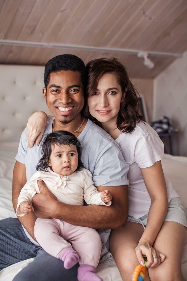 Przyjemna mieszana biegowa para bierze opiekę ich dziecko zdjęcia royalty free