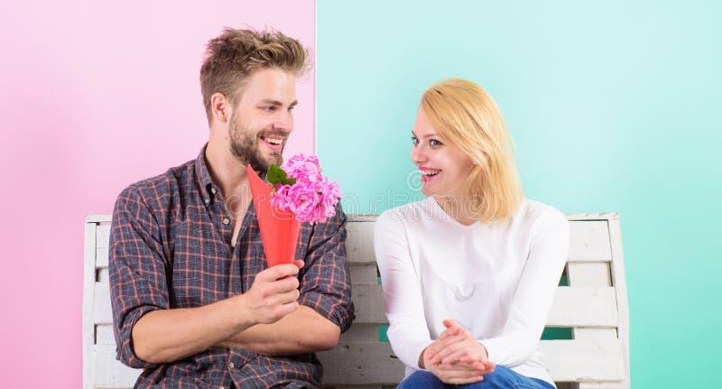 Przyjemna niespodzianka dla damy kwitnie ona Mężczyzna daje bukietów kwiaty dziewczyna Zgadywał jej ulubionego kwiatu obraz stock