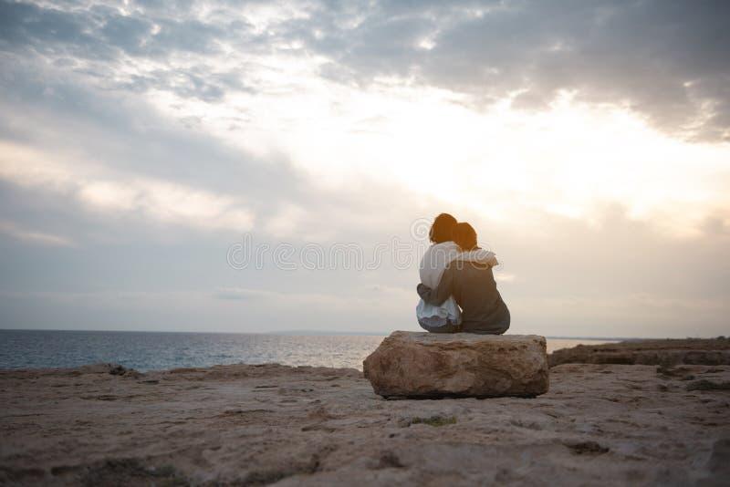 Przyjemna para kobieta jest odpoczynkowa outdoors zdjęcie stock