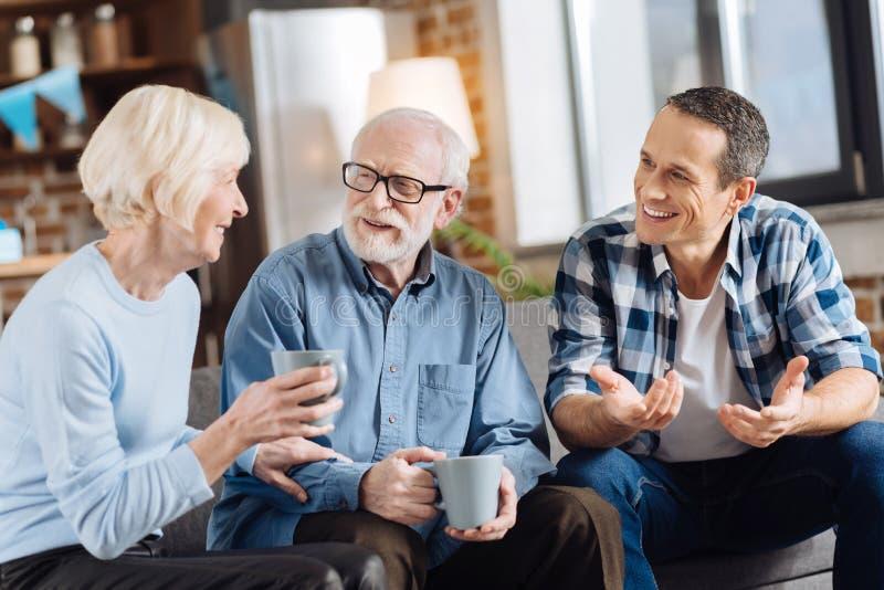 Przyjemna rodzinna pije herbata i uspołeczniać zdjęcie royalty free