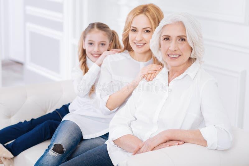 Przyjemna starsza kobieta odpoczywa z jej rodziną obrazy stock