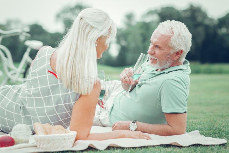Przyjemna starzejąca się para cieszy się ich szampana wpólnie obraz royalty free