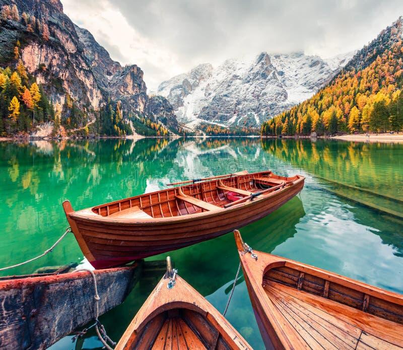 Przyjemne łodzie na tle Braies Lakei Seekofel Jesienny poranek w Alpach Włoskich, Naturpark Fanes-Sennes obrazy royalty free