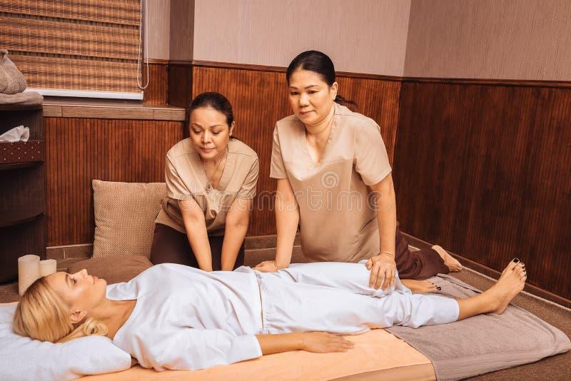 Przyjemne Azjatyckie kobiety pracuje jako masażystki w salonie zdjęcie royalty free