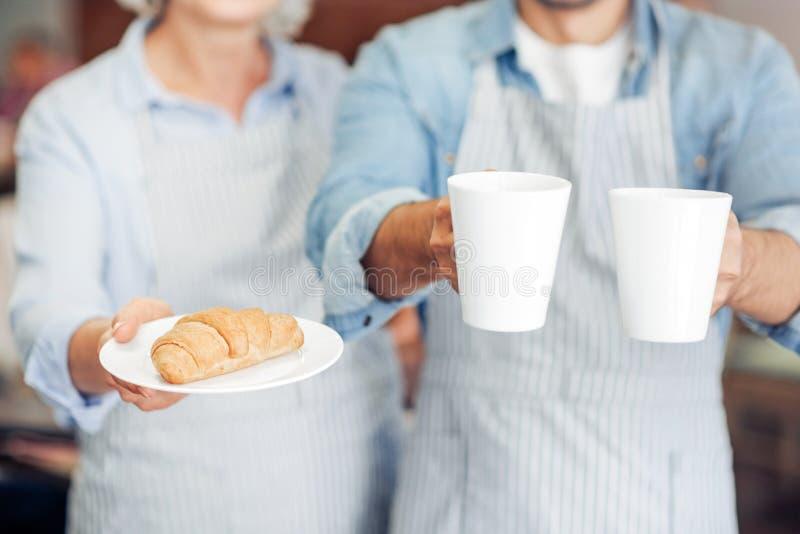 Przyjemni gościnni kelnery wita gości zdjęcia royalty free
