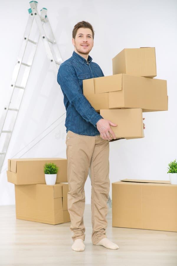Przyjemni mężczyzna mienia pudełka zdjęcia royalty free