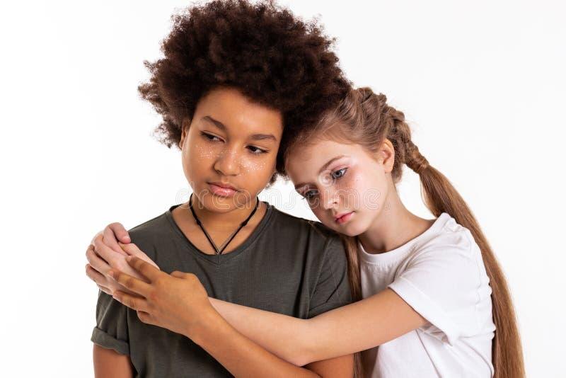 Przyjemni spokojni dzieci zostaje wpólnie i ściska obraz stock