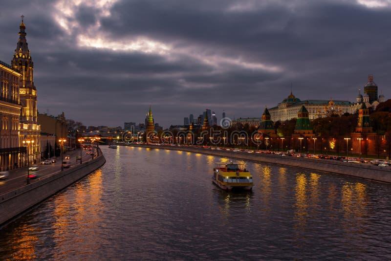 Przyjemności łódź na Moskva rzece blisko Moskwa Kremlin w wieczór na tle dramatyczny chmurny niebo Kreml miasta krajobrazu noc zn obrazy royalty free
