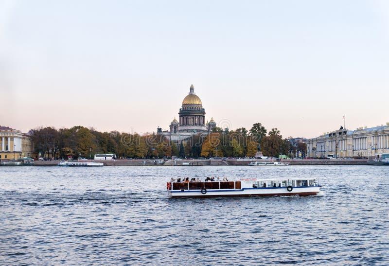 Przyjemności łódź na Neva rzece na tle embankm zdjęcia stock