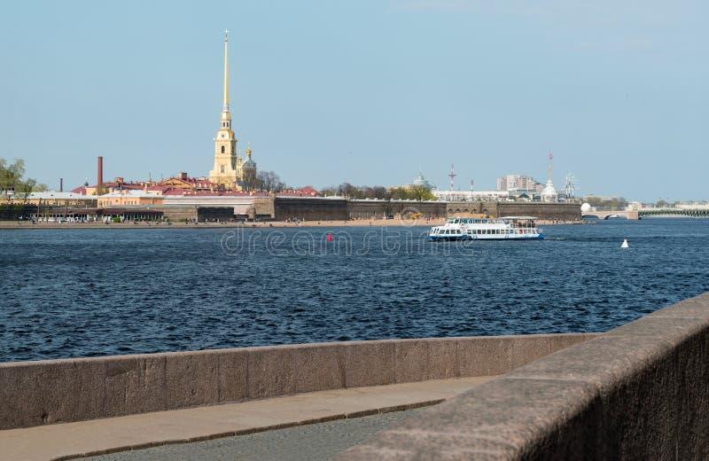 Przyjemności łódź na Neva rzece w St Petersburg w lecie, widok Peter i Paul forteca obraz royalty free