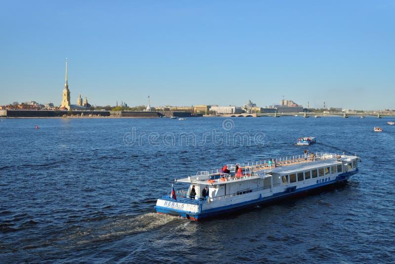 Przyjemności łódź unosi się na Neva rzece na tle zdjęcia royalty free
