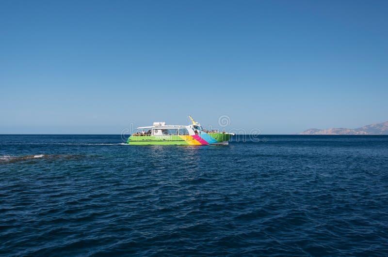 Przyjemności łódź z turystami blisko Korsykańskiego brzeg zdjęcia royalty free