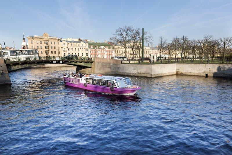 Przyjemności łódź z turystami unosi się na rzece w St Petersburg obraz stock