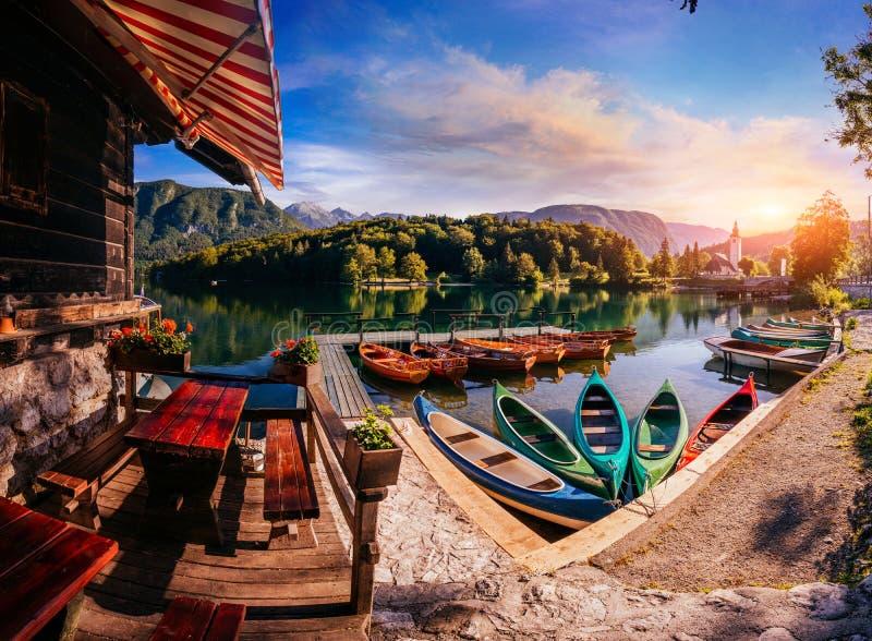 Przyjemności łodzie przy jeziorem fotografia royalty free