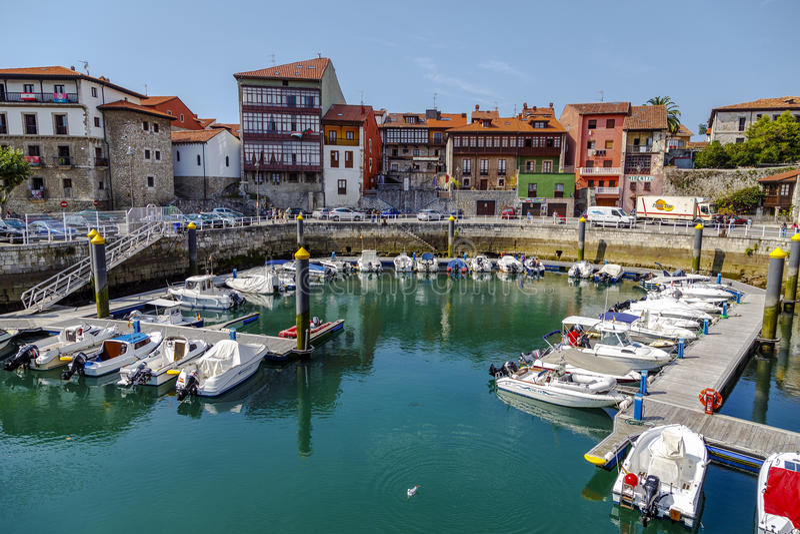 Przyjemności łodzie w porcie w Llanes, Asturias, Hiszpania zdjęcia stock