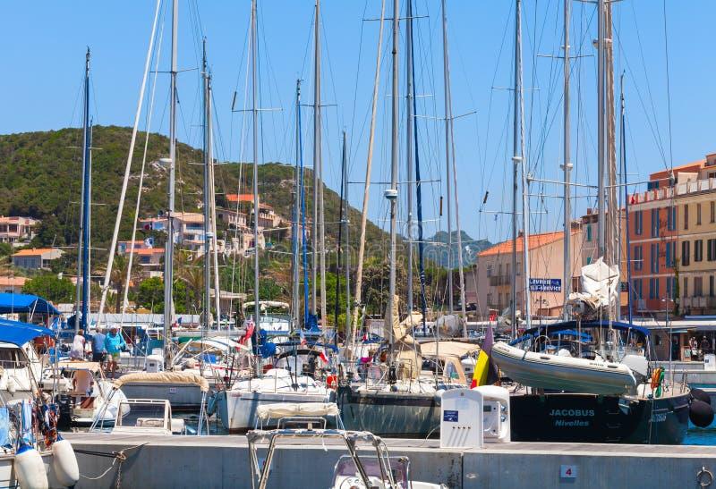 Przyjemności motorboats i żeglowanie jachty zdjęcia stock