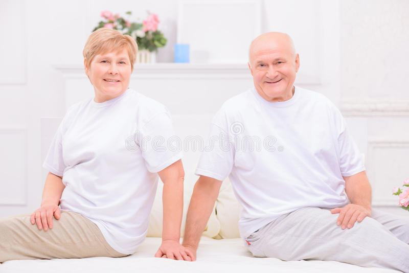 Przyjemny dorosły pary lying on the beach na łóżku obrazy stock