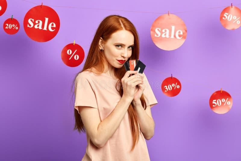 Przyjemny miedzianowłosy kobiety narządzanie dla iść robić zakupy zdjęcia stock