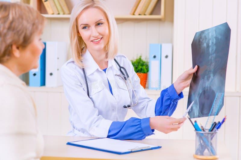 Przyjemny pielęgniarki mówienie z jej pacjentem obraz stock