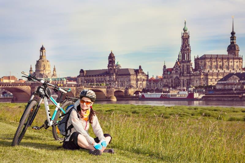 Przyjemny pobyt na trawie po jeździć na rowerze fotografia stock