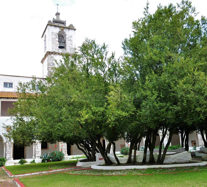 Przyklasztorny wierza, ogrodowy i kościelny obrazy stock