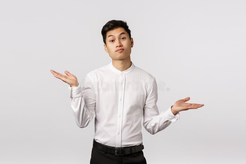 Przykro mi, ale... Atrakcyjny azjatycki współpracownik nie wie jak pomóc, wzruszać się i rozłożyć ręce na bok obraz royalty free