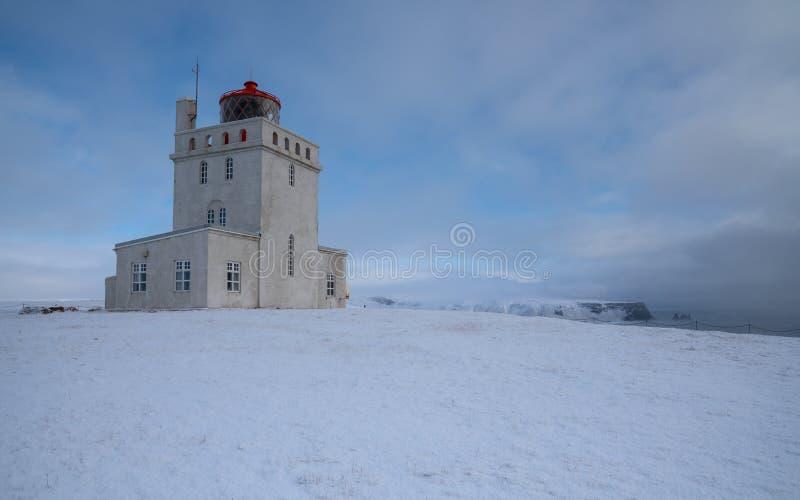 Przylądek Dyrholaey z śniegiem i wczesny poranek zaświecamy, zima w Iceland zdjęcie stock