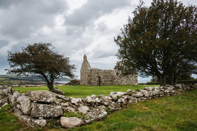 Przylądek Lligwy, rujnująca kaplica na Anglesey, Walia, UK obraz stock