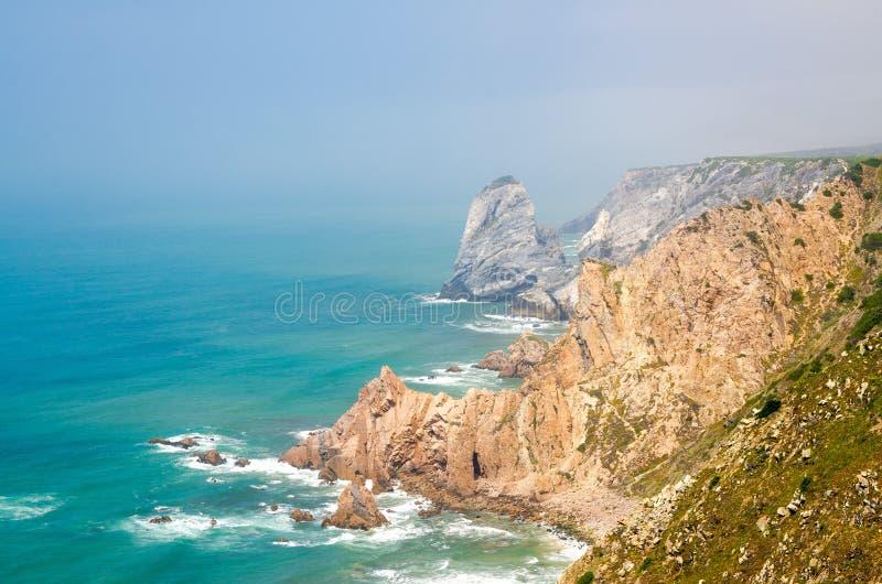Przylądek Roca z ostrze skałami i falezami Atlantycki ocean, Portugalia obraz stock