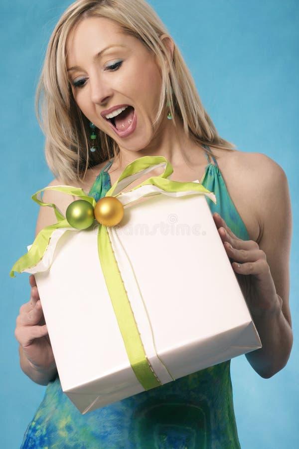 przynieś prezent uśmiech zdjęcia stock