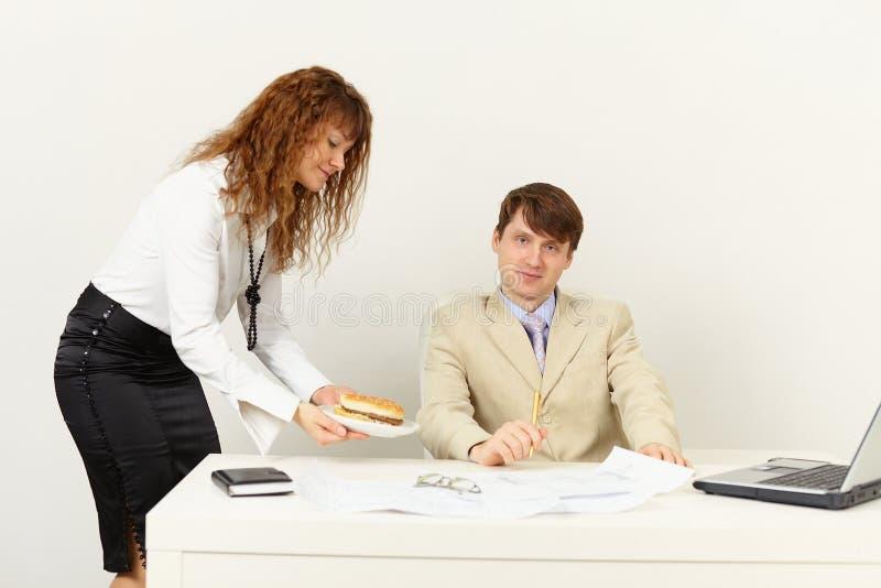 przyniesiony hamburgeru sekretarki przełożony kobieta obrazy royalty free