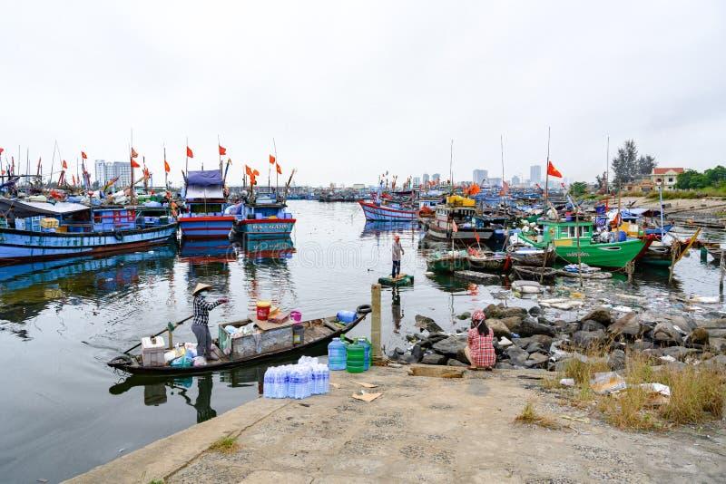 Przynosić wodę i jedzenie dla Wietnamskich rybaków żyje na łodziach na morzu w da nang, Wietnam fotografia stock