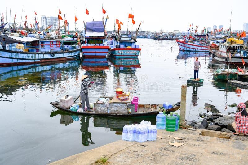 Przynosić wodę i jedzenie dla Wietnamskich rybaków żyje na łodziach na morzu w da nang, Wietnam obraz stock