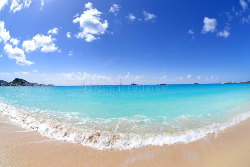 Przypływu gnanie wewnątrz na wyspy karaibskiej plaży zdjęcie royalty free